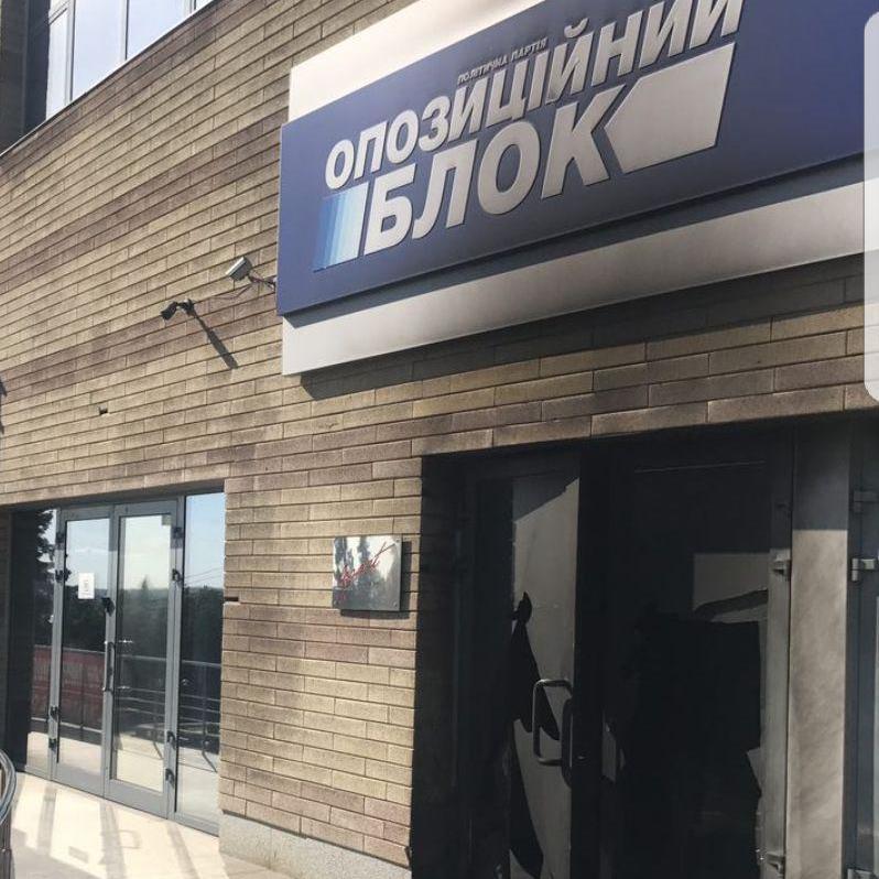 Вночі в Дніпрі підпалили офіс Опозиційного блоку (фото)