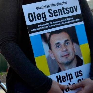 У Києві люди вийшли на мітинг приурочений річниці арешту Сенцова та Кольченка (відео)