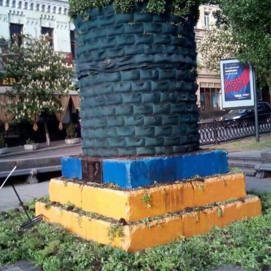 Відеокамери в центрі Києва зафіксували молодиків, що зруйнували інсталяцію на місці пам'ятника Леніну (фото)