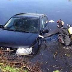 На Київщині з водойми витягнули автомобіль із ввімкненими фарами (фото)
