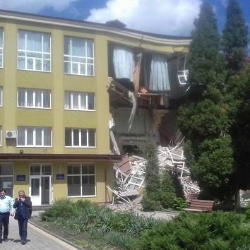 На Прикарпатті стався обвал будівлі коледжу (фото, відео)