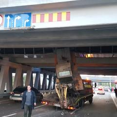 Не розрахували: У Києві евакуатор із трактором врізався в міст (фото, відео)