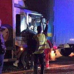 Пасажиру затиснуло ноги внаслідок аварії за участю вантажівок у Києві