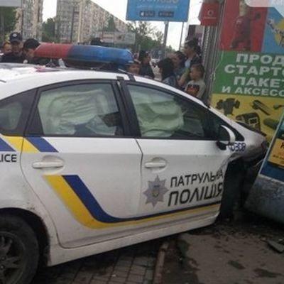 В Одесі автомобіль поліції протаранив магазин