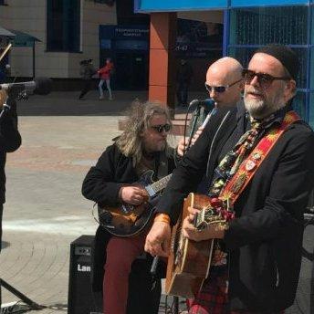 Відомий російський музикант заспівав посеред вулиці в Житомирі