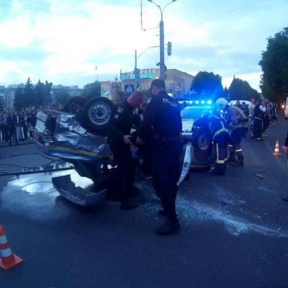 У Рівному поліцейські на шаленій швидкості знесли мотоцикліста та самі перекинулись (відео)