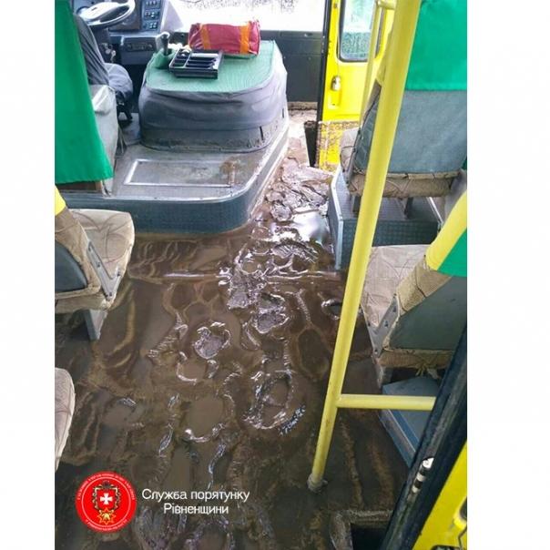 На Рівненщині злива затопила рейсовий автобус з пасажирами (фото)