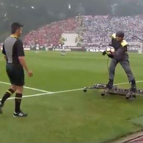 У Португалії перед початком матчу чоловік на дроні доставив м'яч судді (відео)