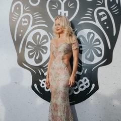 Памела Андерсон скупалася в океані у сукні (фото)