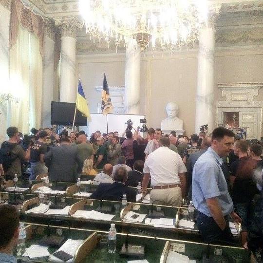 У приміщення Львівської облради увірвалося близько сотні молодиків (відео)