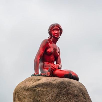 У Копенгагені облили фарбою статую русалоньки