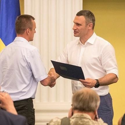 Віталій Кличко вручив 50 сертифікатів на квартири учасникам АТО