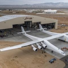 США показали найбільший у світі літак на два фюзеляжі (відео)