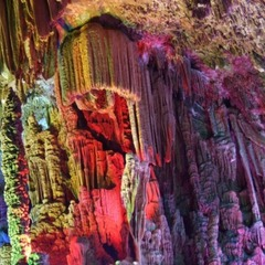 Навіщо? Китайський турист збив ногою сталагміт віком у три тисячі років (відео)