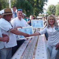 На Тернопільщині випекли рекордний торт довжиною в 103 метри (фото)