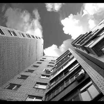 У Луцьку патрульні за руки зловили чоловіка, який хотів вкоротіти собі віку, стрибнувши з вікна(відео)
