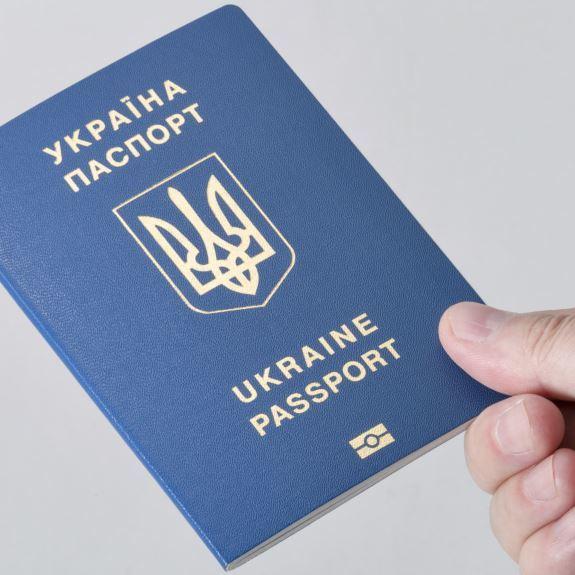 Всі на виїзд: Щодня міграційна служба видає 21 тисячу паспортів