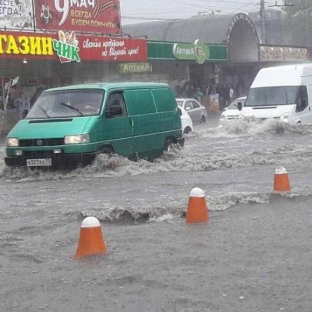 Сімферополь потерпає від потужної стихії: злива затопила деякі райони міста (відео)