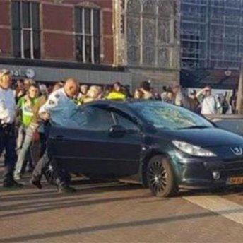 В Амстердамі автомобіль в'їхав у натовп людей