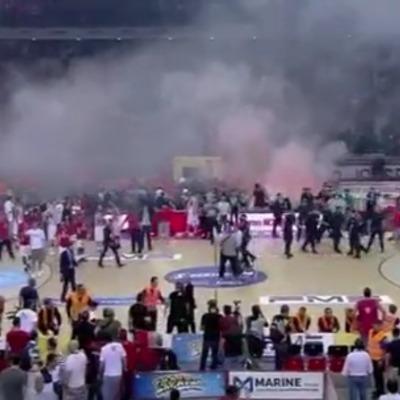 Під час баскетбольного матчу фанати закидали майданчик піротехнікою (відео)