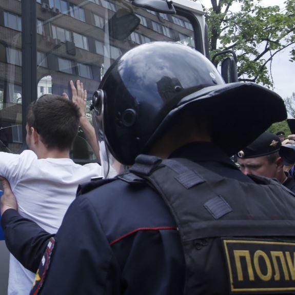 У Санкт-Петербурзі понад 100 людей затримані на акції опозиції (відео)