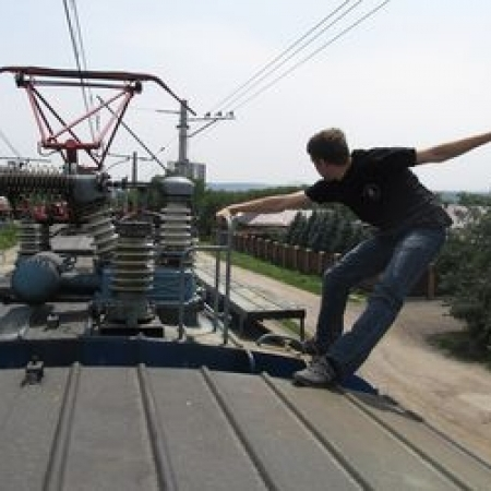 Дівчину вдарило струмом, коли вона вирішила зробити селфі на даху потяга (відео)
