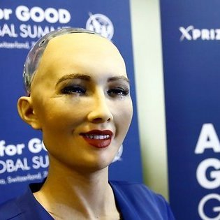 Робот Софія розповіла про те, в яких стосунках можуть бути люди та роботи (відео)