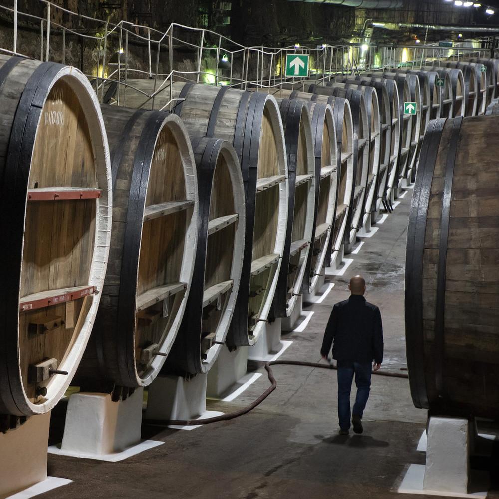 У Франції невідомі вилили 200 тисяч літрів вина із цистерн