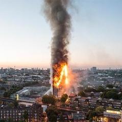 Жінку, яка транслювала відео з палаючого будинку в Лондоні, ще не знайшли (відео)