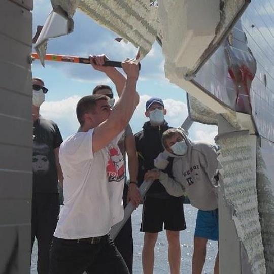 На Київщині активісти побились із поліцією при спробі знести паркан до Дніпра