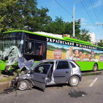 У Харкові автомобіль влетів у тролейбус: є постраждалі (фото)