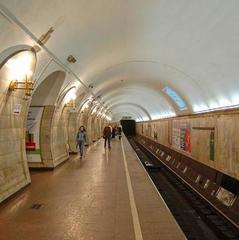 У київському метро дівчина упала на рейки та втратила частину правої ноги