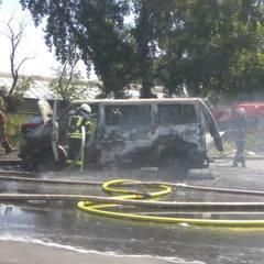 У Києві вщент згорів мікроавтобус (фото)