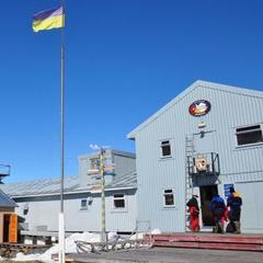 Українська експедиція на станції «Вернадського» відсвяткувала Мідвінтер купанням у крижаній воді