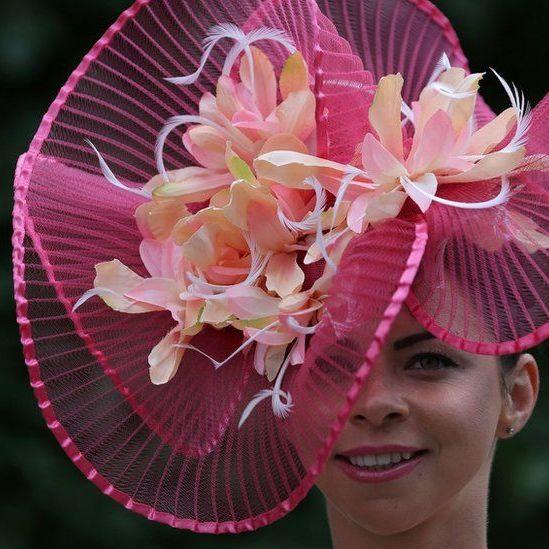 Квітник на голові: британські леді красуються капелюшками на перегонах у Аскоті  (фото)