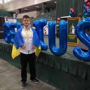 Український школяр переміг на міжнародній олімпіаді у США з винаходом, який очищає воду від нафти