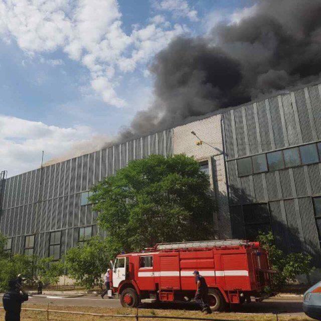 На Дніпропетровщині горить 250 квадратних метрів заводу (фото)