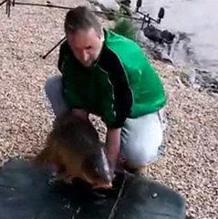 У Чехії короп втік від рибалки, поки той позував для фото (відео)