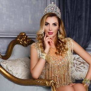 Українка привезла з Америки дві корони королеви краси (фото)