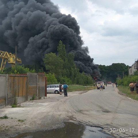 В Сумах сталась пожежа в промзоні (фото, відео)