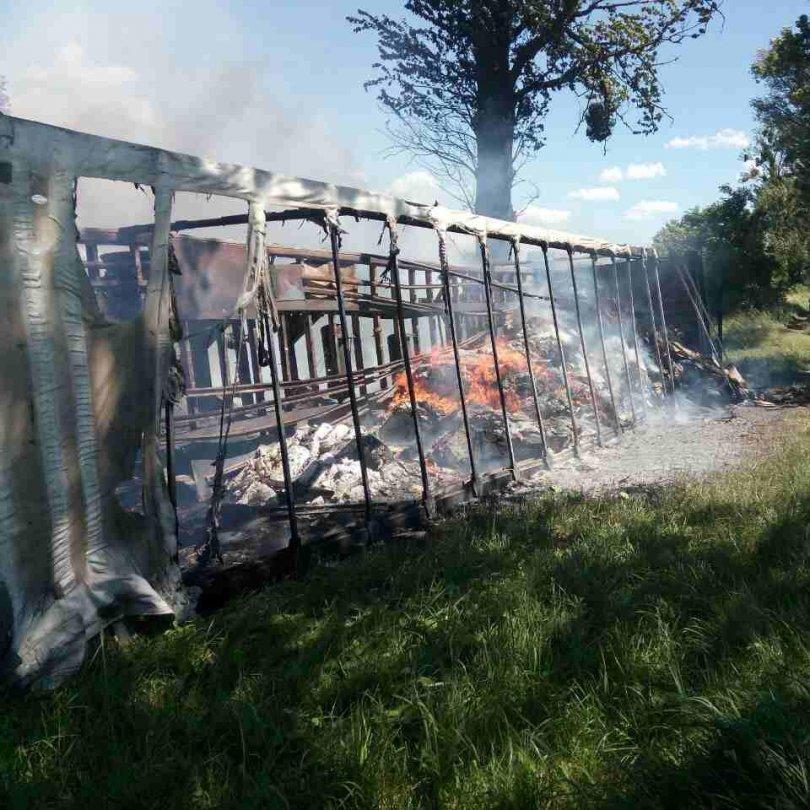 На Львівщині вщент згоріла вантажівка із печивом (фото)