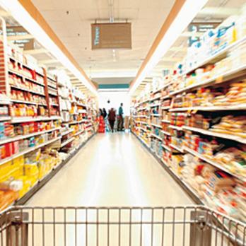 В одеському супермаркеті розпочали продаж новорічних ялинок (фото)