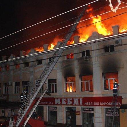 Велетенська пожежа охопила торгівельно-виробничу будівлю у Хмельницькому: фото
