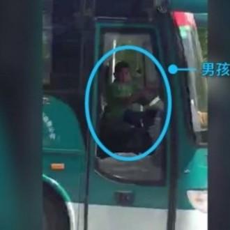 У Китаї школяр викрав автобус і годину катався на ньому по місту