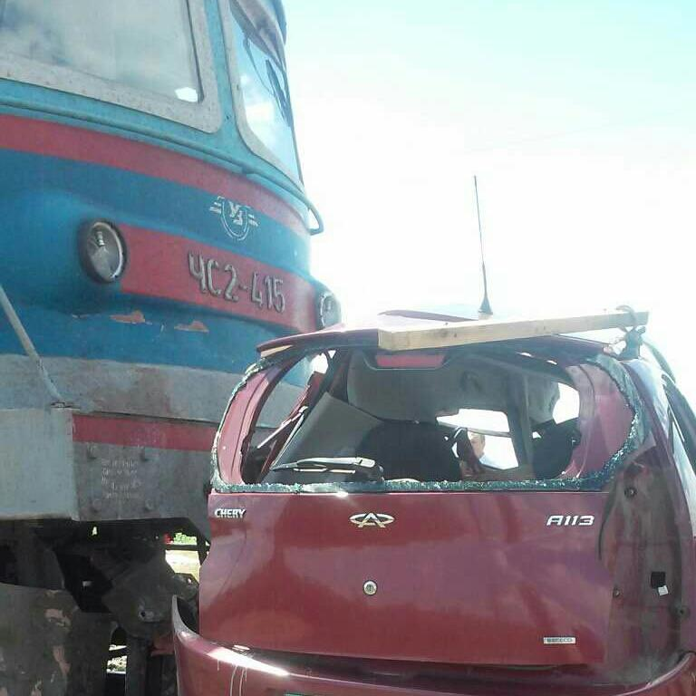 На Запоріжжі потяг протаранив авто: троє загиблих, рух паралізовано (фото)