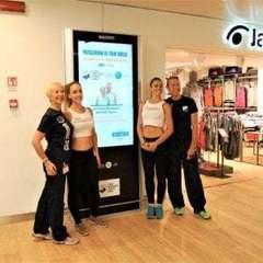 В італійському аеропорту з'явився віртуальний фітнес-тренер для пасажирів (фото)