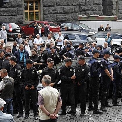 У центрі Києва невідомий в'їхав у натовп людей (фото, відео)
