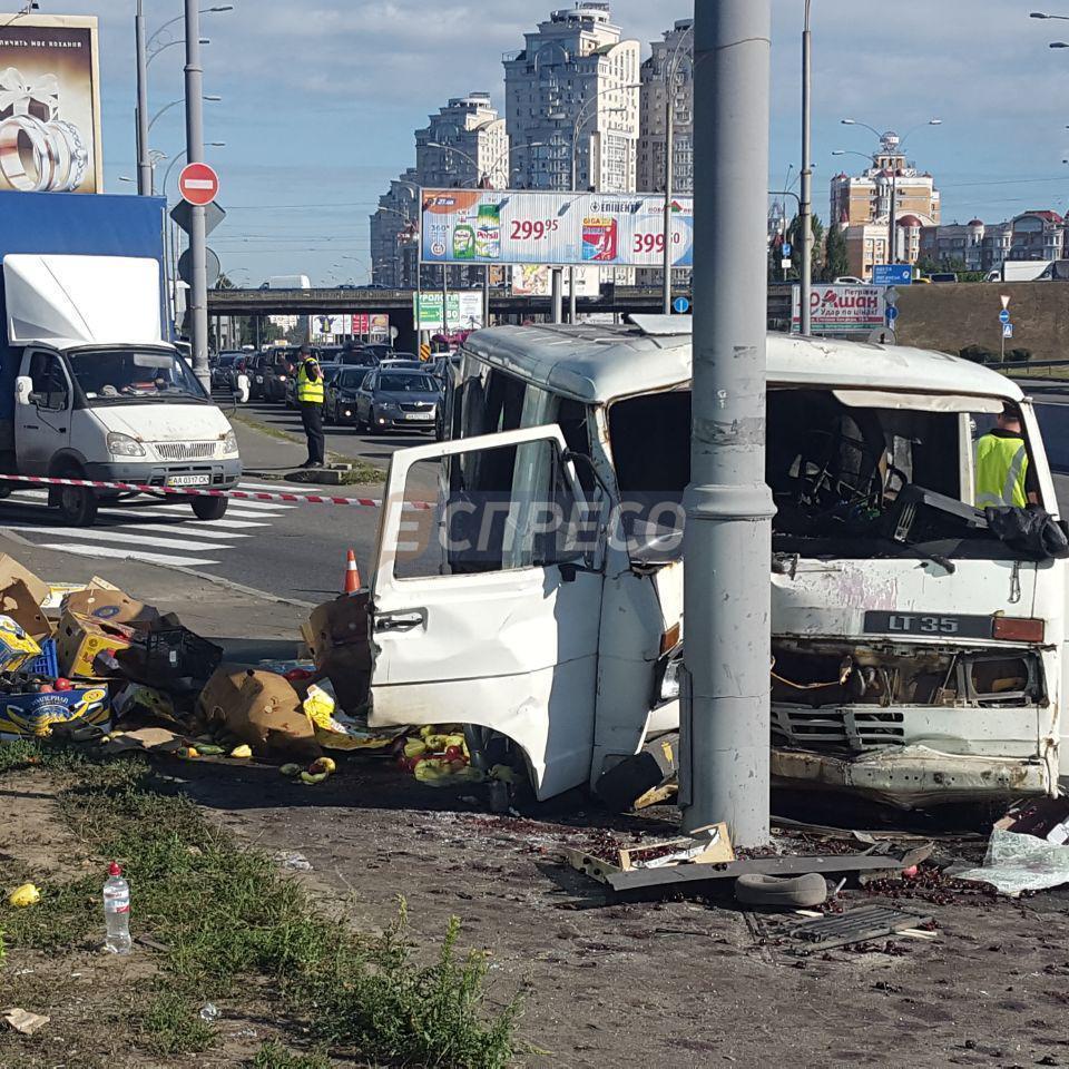 У Києві мікроавтобус врізався у металеву опору: 1 загибла і 3 поранених (фото)