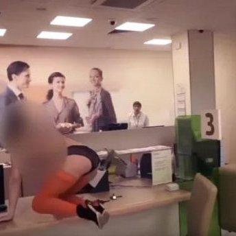 У Росії роздратований клієнт «Сбербанку» викликав у відділення проституток (відео)