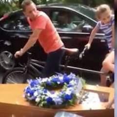 Жінка організувала незвичайні похорони для чоловіка (відео)